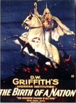 Cartel de la película The Birth of a Nation (El nacimiento de una nación) visión histórica norteamericana llena de prejuicios, donde aparece la organización del Ku-Klux-Klan.