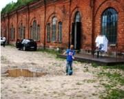 Un muchacho que juega al fútbol en la entrada del antiguo campo de concentración conocido como el Séptimo Fuerte en Kaunas, Lituania, el 12 de julio de 2016. (JTA / Cnaan Liphshiz)