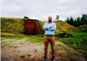Jonny Daniels, fundador del Poland-based Holocaust en la entrada de la Séptima Fortaleza en Kovno Lituania (Campo concenyración) , Julio 12, 2016. (Cnaan Liphshiz)