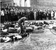 Civiles Lituanos mirando el triste final de la masacre en Kaunas- progrom