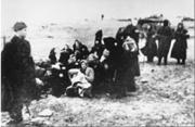 Miembros del 2° Batallón de Policía Latvian conduciendo a un grupo de mujeres judías para ser ejecutadas en una playa cerca de Liepaja – Lituania