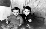 Dos niños en Kaunas (Kovno) Ghetto, Lithuania. Yad Vashem Photo Archivo, 4789