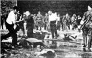 Milicianos y civiles lituanos acuchillan con armas blancas a los judíos en plena calle durante el Progrom de Kaunas.