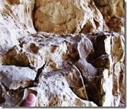Flechas romanas inscrustadas en las paredes de las cuevas.